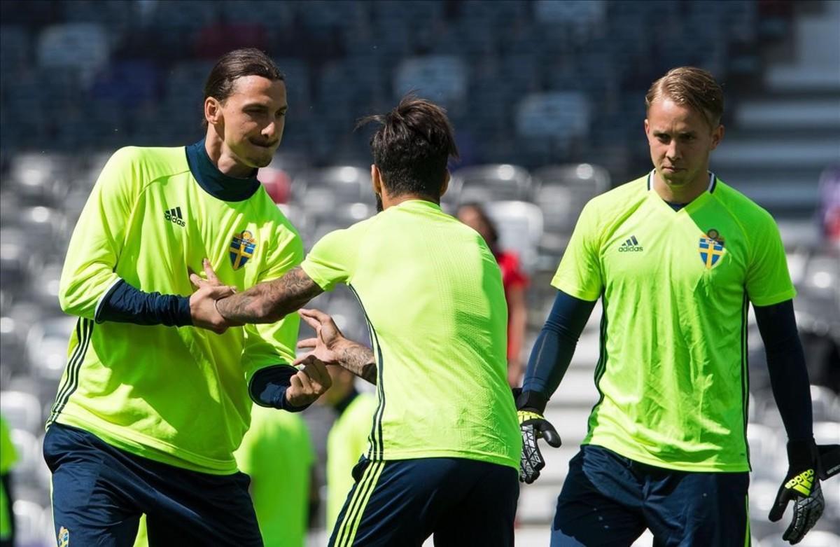 Ibrahomovic bromea con el centrocampista Durmaz durante el último entrenamiento de la selección sueca.