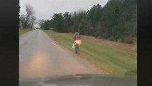 La niña castigada por su padre camina por el arcén de una larga carretera en Ohio, EEUU