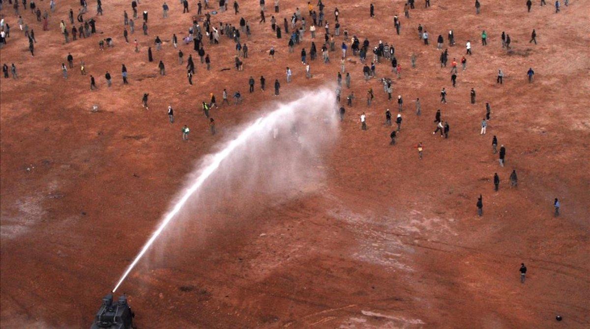 Imagen tomada durante el desalojo con cañones de agua del campamento de Ggdeim Izik, en el 2010.