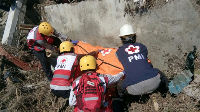 Indonesia abre una fosa común para 1.200 víctimas del terremoto y el tsunami