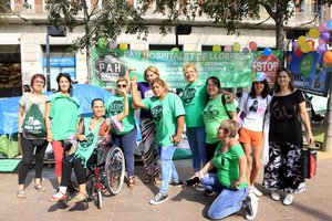 Íngrid (en el centro), acompañada por miembros de la PAH, frente a la tienda de campaña plantada delante del Ayuntamiento de L'Hospitalet de Llobregat, donde hace 60 días que vive.
