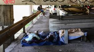 Inmigrantes duermen bajo un puentre en Ventimiglia, en el noroeste de Italia, junto a la frontera francesa, el 14 de junio.