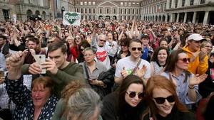 Partidarios del 'sí' a la reforma esperan elresultado oficial en Dublín.