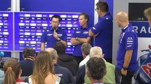 El japonés Kouji Tsuya pidió disculpas a sus pilotos ante la mirada de Lin Jarvis y Favero William.