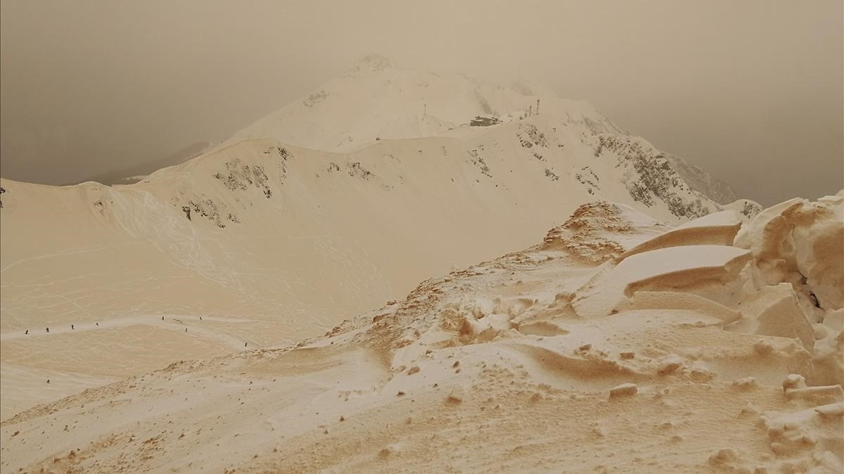 La nieve anaranjada cubre montañas cercanas a Sochi, en Rusia.