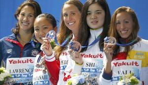 Jessica Vall, en primer término, comparte un poblado podio de 200 braza, con tres medallistas de bronce.