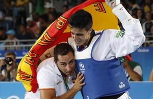 Joel González celebra con su entrenador Toni Toledo el bronce de Río