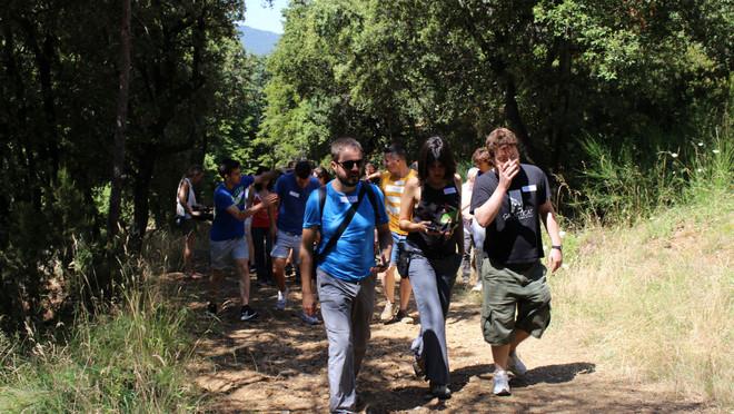 Jóvenes paseando por el bosque durante el estudio experimental.