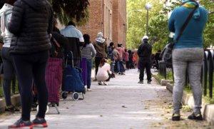 Larga cola para recoger los alimentos que reparte la oenegé Madrina en Madrid, el 28 de abril.