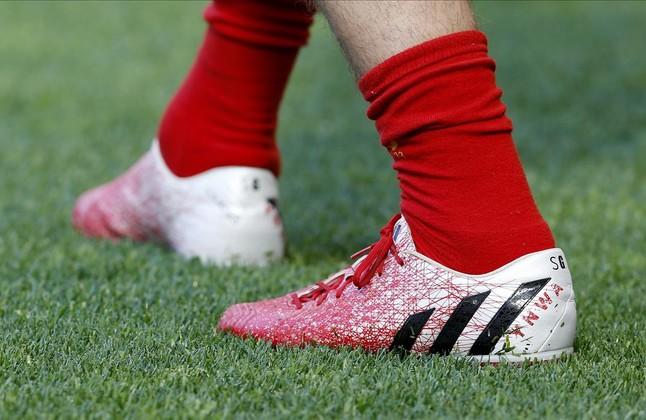 Las botas de Steven Gerrard, con las iniciales YNWA del himno del Liverpool, 'You'll never walk alone'.