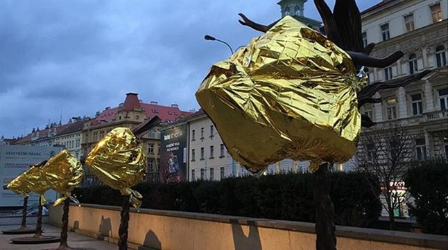 Las estatuas de Ai Weiwei en Praga, cubiertas con mantas térmicas.Imágenes de la crisis de refugiados en Lesbos y de sus diversos montajes artísticos al respecto que ha mostrado Ai Weiwei en su cuenta de instagram.