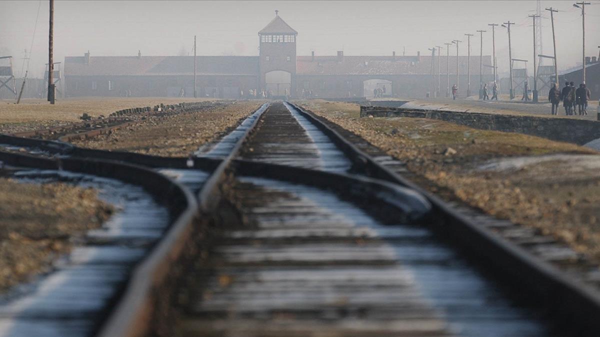 Las vías del tren del campo de exterminio de Auschwitz-Birkenau, en Polonia.