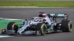 Lewis Hamilton y su nuevo Mercedes W11, hoy, en Silverstone.