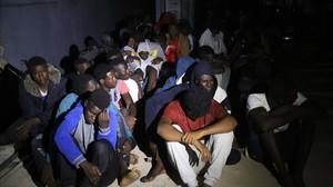 Llegada de los inmigrantes rescatados a una base naval de Trípoli.