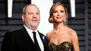 Harvey Weinstein y Georgina Chapman, en la fiesta que organiza la revista Vanity Fair tras los Oscars, el pasado febrero.