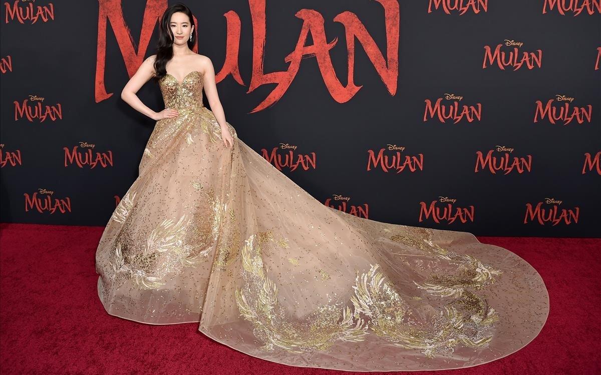 Liu Yifei, con un vestido de Elie Saab, en el estreno de Mulan en Los Ángeles.