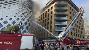 Los bomberos extinguen las llamas en el edificio de Zaha Hadid.