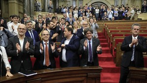 Los diputados de Junts pel Sí y la CUP, además del Govern, aplaudentras la aprobación de la ley de transitoriedad.