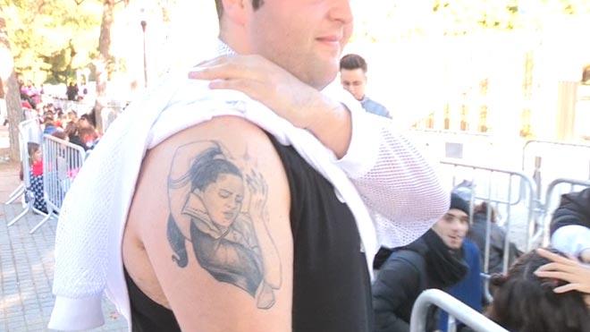 Los fans de Rosalía, listos para el segundo concierto de la artista en Barcelona. En la foto, un admirador con un tatuaje de Rosalía en el brazo.
