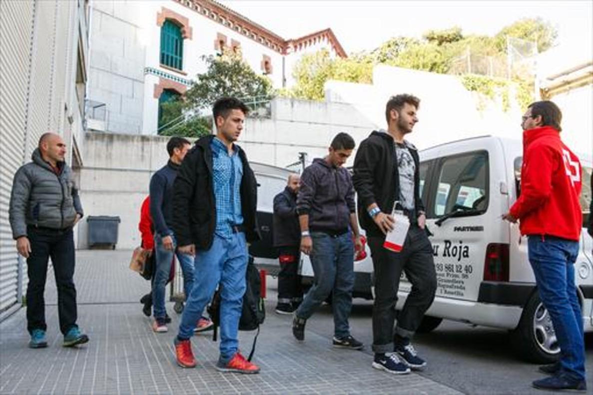 Los inmigrantes llegados a Lliçà dAmunt tras pasar, ayer, revisión médica en el Hospital de Granollers.