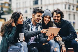 Los jóvenes millennials ahorran a corto plazo, para hacer viajes y salir a comer a restaurantes.