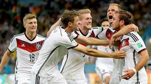 Los jugadores de Alemania felicitan a Mario Götze tras marcar ante Argentina.