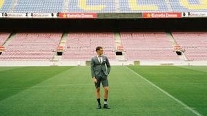 Un modelo vestido con un traje de Thom Browne en el Camp Nou