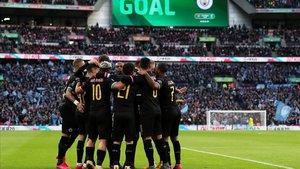 Los jugadores del City celebran el primer gol de Agüero.