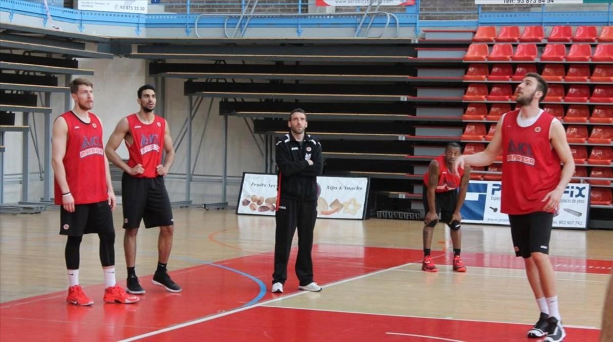 Los jugadores del Manresa y el técnico Ibon Navarro, en el entrenamiento de este jueves