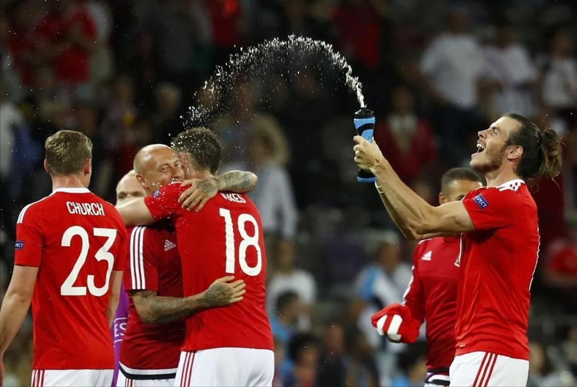 Los jugadores de Gales celebran la victoria frente a Rusia.