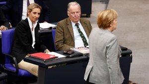 Los líderes del grupo parlamentario de AfD, Alice Weidel y Alexander Gauland, observan a la cancillera Angela Merkel durante una sesión en el Bundestag.