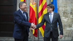 Los presidentes Carles Puigdemont y Ximo Puig, en el Palau de la Generalitat Valenciana.