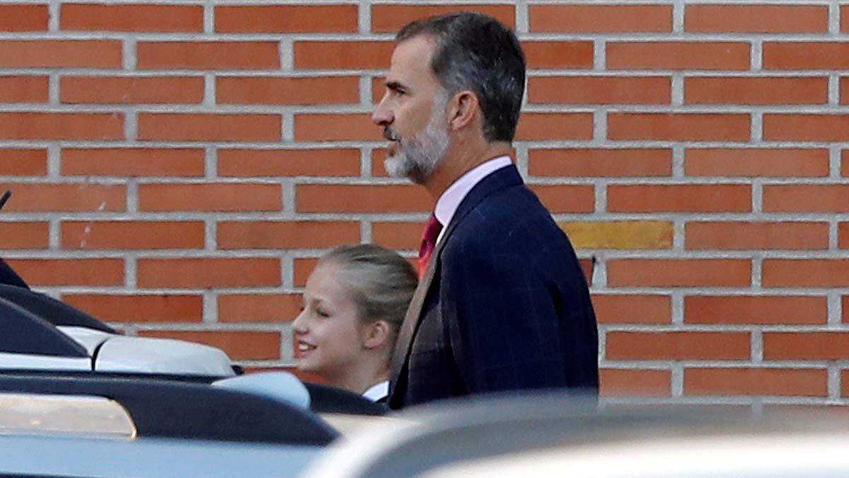 Los Reyes llevan a clase a sus hijas en el primer día de colegio.