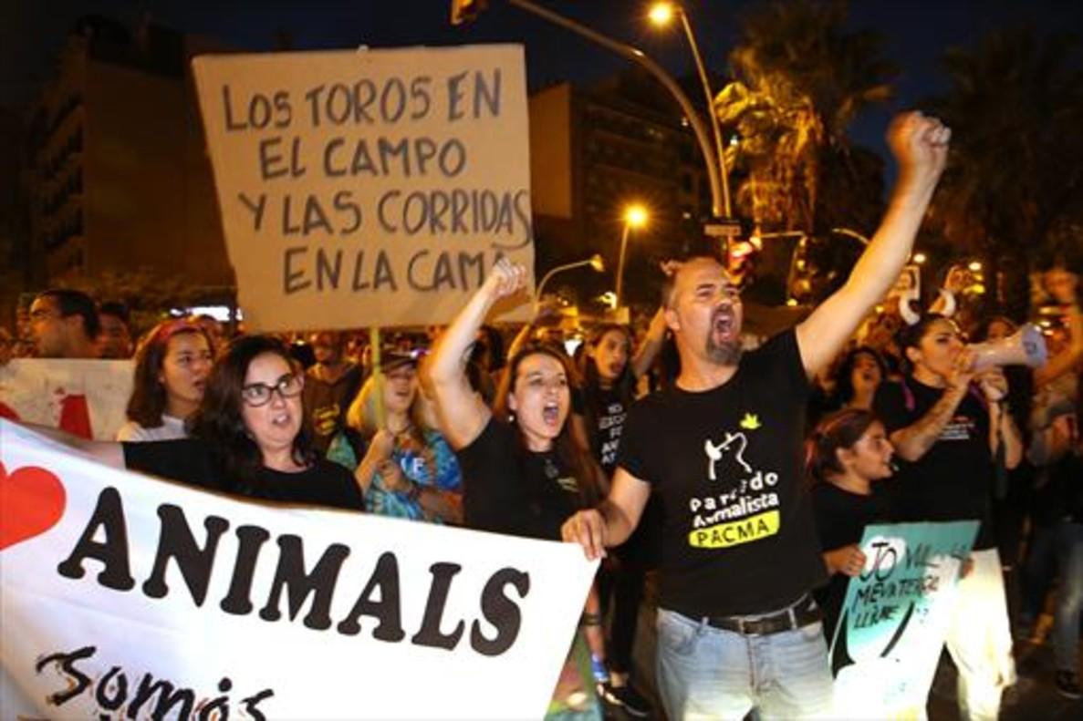 Manifestación ante la plaza de toros Monumental de Barcelona contra un posible regreso de las corridas, ayer.