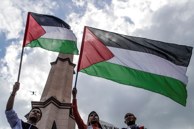 Manifestantes ondean la bandera palestina durante una protesta contra la decision del presidente estadounidense Donald Trump de reconocer Jerusalen como capital israeli en Putrajaya Malasia, en una foto de archivo.