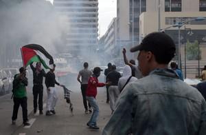 Manifestantes propalestinos se enfrentan a la policía, este domingo en Sarcelles, un barrio al norte de París.
