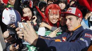 Marc Márquez se hace un selfie con una seguidora en Motegi (Japón).