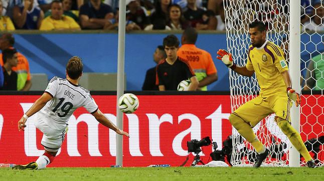 Mario Götze bate a Sergio Romero y marca el gol de la victoria de Alemania ante Argentina.