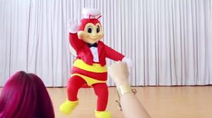 La mascota de la cadena de restaurantes Jollibee.