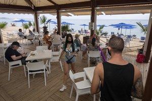 Mediodía a medio gas en el chiringuito H2O de la playa nudista de La Musclera, d'Arenys.