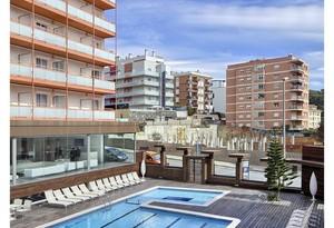 Fachada interior y piscina del hotel Mediterranean Sand de Lloret de Mar.