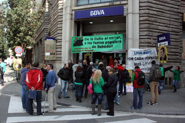 Membres de la PAH ocupen l'oficina del carrer Alfons XIII de Sabadell.