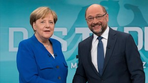Merkel y Schulz se saludan antes de empezar el debate electoral en la televisión alemana.