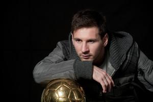 Leo Messi posa para EL PERIÓDICO con su cuarto balón de oro.