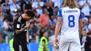 Messi, cabizbajo tras empatar contra Islandia.