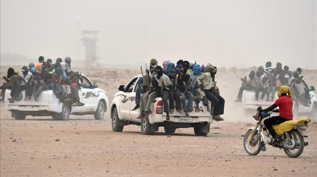Varias pick-up salen de la ciudad de Agadez, en Niger, cargadas de migrantes y refugiados dirección a Libia.