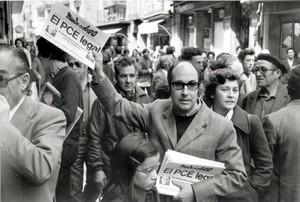 Un militante comunista vende ejemplares de Mundo obrero con la noticia de la legalización del PCE, en Madrid.