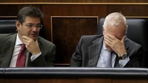 El ministro de Justicia, Rafael Catalá, el pasado diciembre en el Congreso junto al titular de Exteriores, José Manuel García-Margallo.