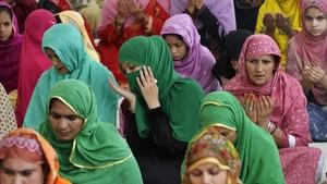 Mujeres pakistanís rezan en el primer viernes del mes del Ramadán.