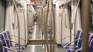 Multitud de gente en el interior del metro de Barcelona